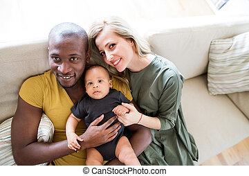 わずかしか, 家族, 若い, 息子, interracial, 赤ん坊, home.