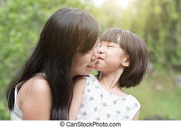 わずかしか, 屋外, 公園, お母さん, 接吻, 女の子