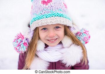 わずかしか, 屋外, 冬, 雪が多い, 楽しい時を 過しなさい, 女の子, 愛らしい, 日, 幸せ