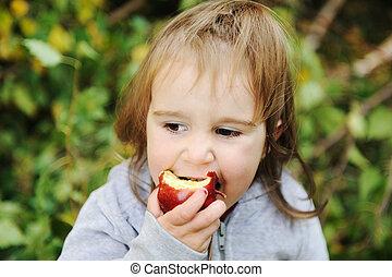 わずかしか, 屋外, 食べること, アップル, 肖像画, 女の子, 赤
