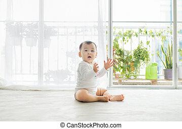 わずかしか, 床, きれいに座る, 赤ん坊, 家, 女の子