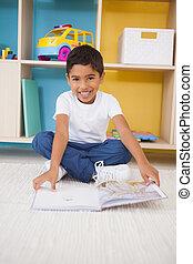 わずかしか, 床, 読書, 男の子のモデル