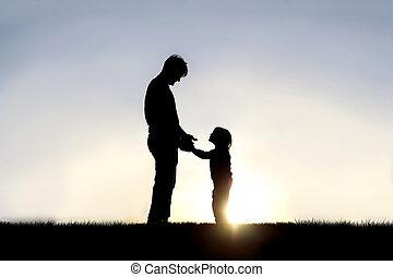 わずかしか, 彼の, シルエット, eachother, 子供, 父, 外, 手を持つ, 幸せに微笑する