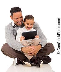 わずかしか, 彼の, タブレット, 父, コンピュータ, 使うこと, 女の子