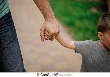 わずかしか, 彼の, 父, 手, 届く, 保有物, 息子
