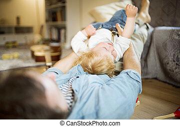 わずかしか, 彼の, 父, 若い, son., 家, 遊び