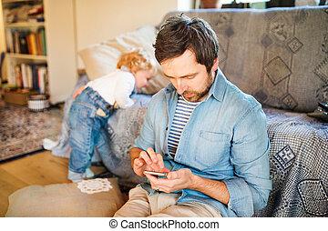 わずかしか, 彼の, 父, 若い, son., smartphone, 家