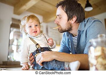 わずかしか, 彼の, 食べること, ビスケット, 父, 若い, 息子, 一緒に。, 家