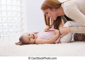 わずかしか, 彼女, くすぐること, 母, 家, 女の子, 情事, カーペット