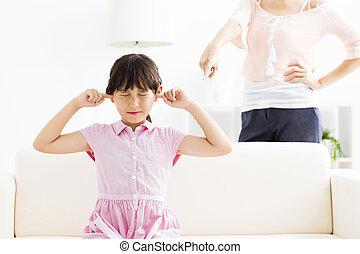 わずかしか, 彼女, カバー, 怒る, 混乱, 間, 母, 女の子, 耳