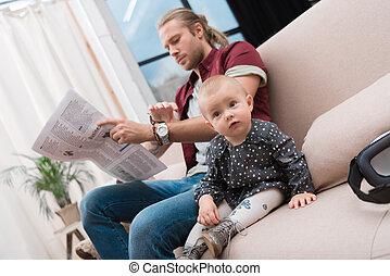 わずかしか, 彼女, モデル, ソファー, 父, 赤ん坊, 間, 新聞, 家, 女の子の読書