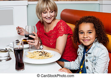 わずかしか, 彼女, 夕食, お母さん, 女の子, 楽しむ