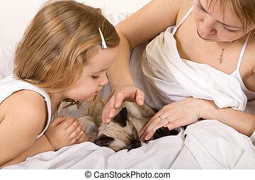 わずかしか, 彼女, 子ネコ, 母, 女の子, なでること