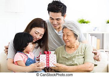 わずかしか, 彼女, 寄付, 祖母, 女の子, プレゼント, 幸せ