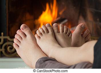 わずかしか, 彼女, 火, 炉, 裸, 加熱された, 姉妹, 女の子, 足, 開いた