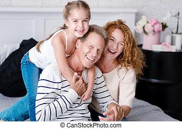 わずかしか, 彼女, 祖父母, 朗らかである, 笑い, 女の子