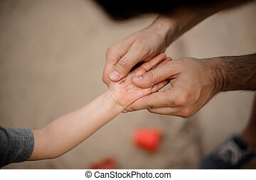 わずかしか, 手, 父, 息子, 届く, 保有物, かく, 手