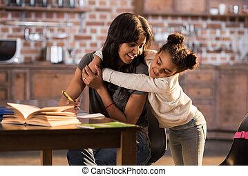 わずかしか, 抱き合う, 母, 家, 女の子の微笑, 幸せ