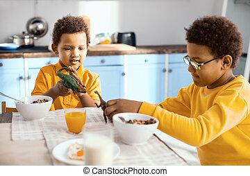 わずかしか, 気持が良い, 男の子, おもちゃ, 朝食, 遊び