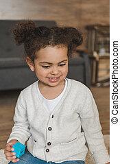 わずかしか, 立方体, 遊び, おもちゃ, 家, 肖像画, 女の子の微笑