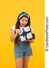 わずかしか, 驚かされる, 驚き, 黒, プレゼント, 夏, 契約, セール, sales., 女の子, 彼女。, concept., 子供, 黄色, gifts., 買い物, 金曜日, discount., 箱, birthday, 開いた, 最も良く, バックグラウンド。