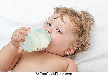 わずかしか, curly-headed, 赤ん坊, 吸う, a, ミルク の びん