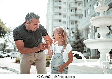 わずかしか, dad., 彼女, 歩くこと, 女の子, 幸せ
