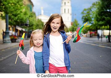 わずかしか, statehood, リトアニア人, 三色旗, 2日間, 祝う, 旗, 保有物, 姉妹, 愛らしい, vilnius