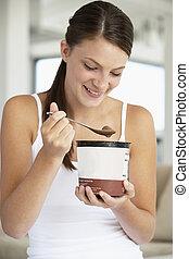 アイスクリーム, 女性の 食べること, 若い, チョコレート