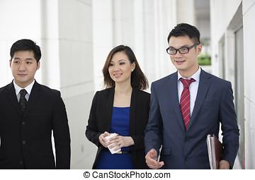 アジアのビジネス, 同僚, 歩くこと, 外部。
