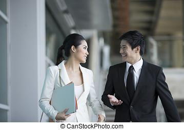アジアのビジネス, 同僚, 歩くこと, 外, オフィス, &, に話すこと, ea