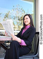 アジアのビジネス, 女性の 読書, 新聞