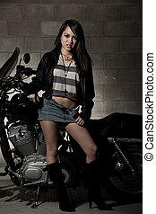 アジアフィリピン人, 地位, かわいい, 女, オートバイ, ファッション, セクシー