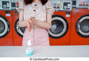 アジア人, の間, 概念, covid-19, laundromat, 女, coronavirus, 新しい, alocohol, ライフスタイル, 美しい, sanitizer, 店, ゲル, 若い, 正常, 発生, 清掃, 手
