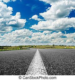 アスファルト坑道, へ, 地平線, 下に, 曇った空