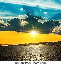 アスファルト, 明るい, 日没, 上に, 道