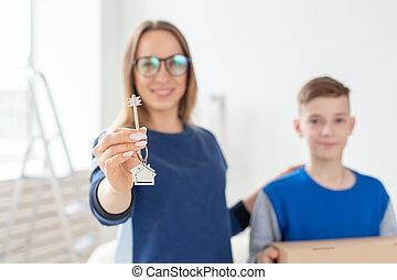 アパート, housewarming., 親, 抵当, キー, family., よい, お母さん, 若い, 息子, ...