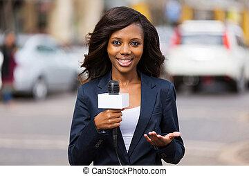 アフリカの女性, ニュースリポーター, 中に, 生きている, 放送