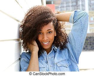 アフリカ系アメリカ人の女性, 微笑, 屋外で, ∥で∥, 毛 の 手