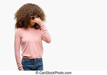 アフリカ系アメリカ人の女性, 身に着けていること, ピンク, サングラス, 疲れた, 摩擦, 鼻, そして, 目, 感じ, 疲労, そして, headache., ストレス, そして, 欲求不満, concept.