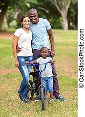 アメリカ人, アフリカ, 若い 家族, 屋外で