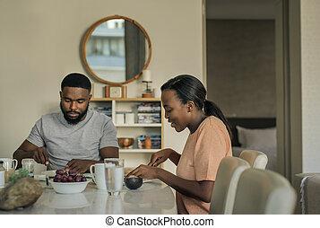 アメリカ人, 上に, 微笑, 話し, アフリカ, 若い1対, 朝食