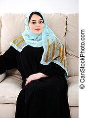 アラビア, 女性の モデル, 上に, ソファー, 家で