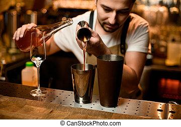 アルコール, 振りかけ式容器, ジッガ, バーテンダー, 注ぎ込み