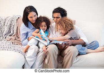 アルバム, 見る, ソファー, 写真, 一緒に, 家族