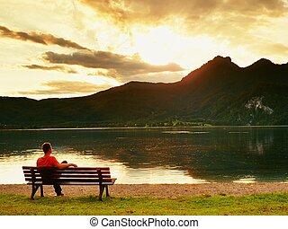 アルプス, 山は 最高になる, リラックスしなさい, 上に, 足, 腕時計, 湖, ベンチ, lake., 空色, 高く, ∥横に∥, の上, 単独で, 鏡。, 座る, 人