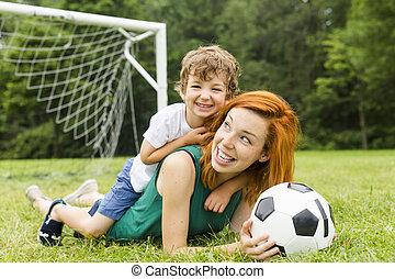 イメージ, の, 家族, 母 と 息子, 球を すること, 公園