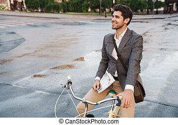 イメージ, 幸せ, 保有物 新聞, 微笑, ビジネスマン, 自転車