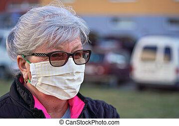 ウイルス, 防止, シニア, マスク, バックグラウンド。, 鼻, 作られた, 缶, coronavirus, ぼんやりさせられた, の間, 外, 使われた, 口, 布, 女, 年配, 建物, covid-19, ありなさい, 家, 発生, 顔, 身に着けていること, 自動車