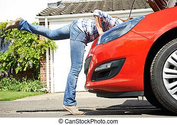エンジン, 頭, 女, 自動車, 見る, 姿を消す, 下に, フード